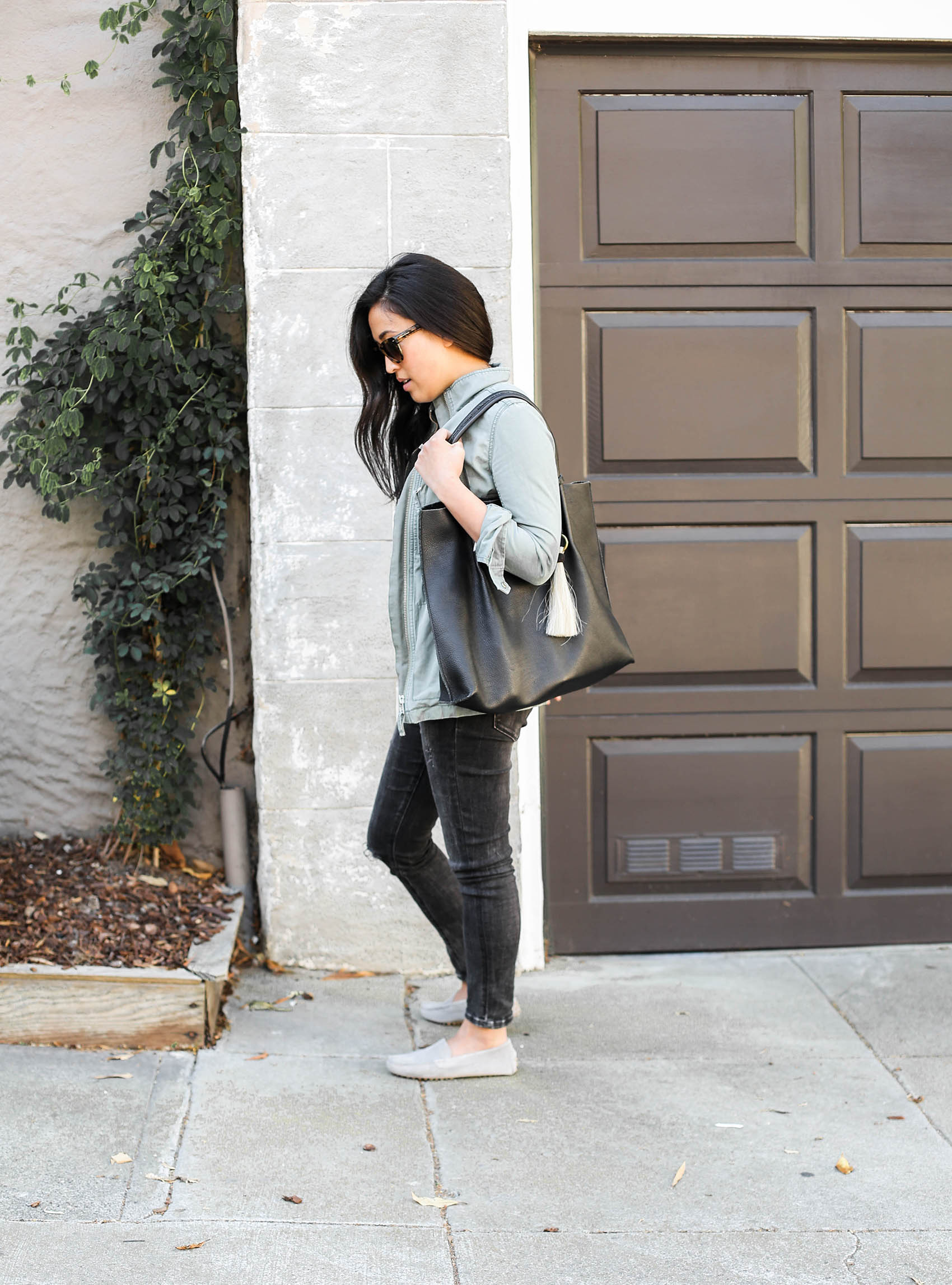 weekend uniform | @bananarepublic denim, @oliveve tote, @madewell jacket, @mgemi loafers | via @victoriamstudio